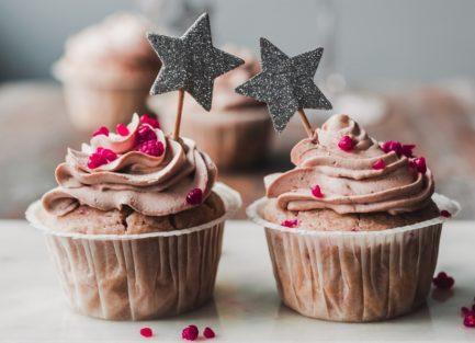Vadelmamuffinssit suklaasydämellä