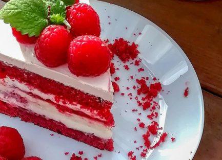 Kesäinen red velvet -vadelmatäytekakku cheesecakella