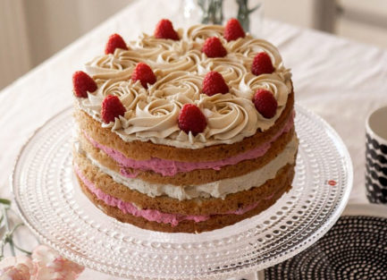 Vadelma-kinuski-kakku